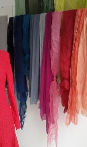 Seidenschals in neuer Farbpalette gefärbt